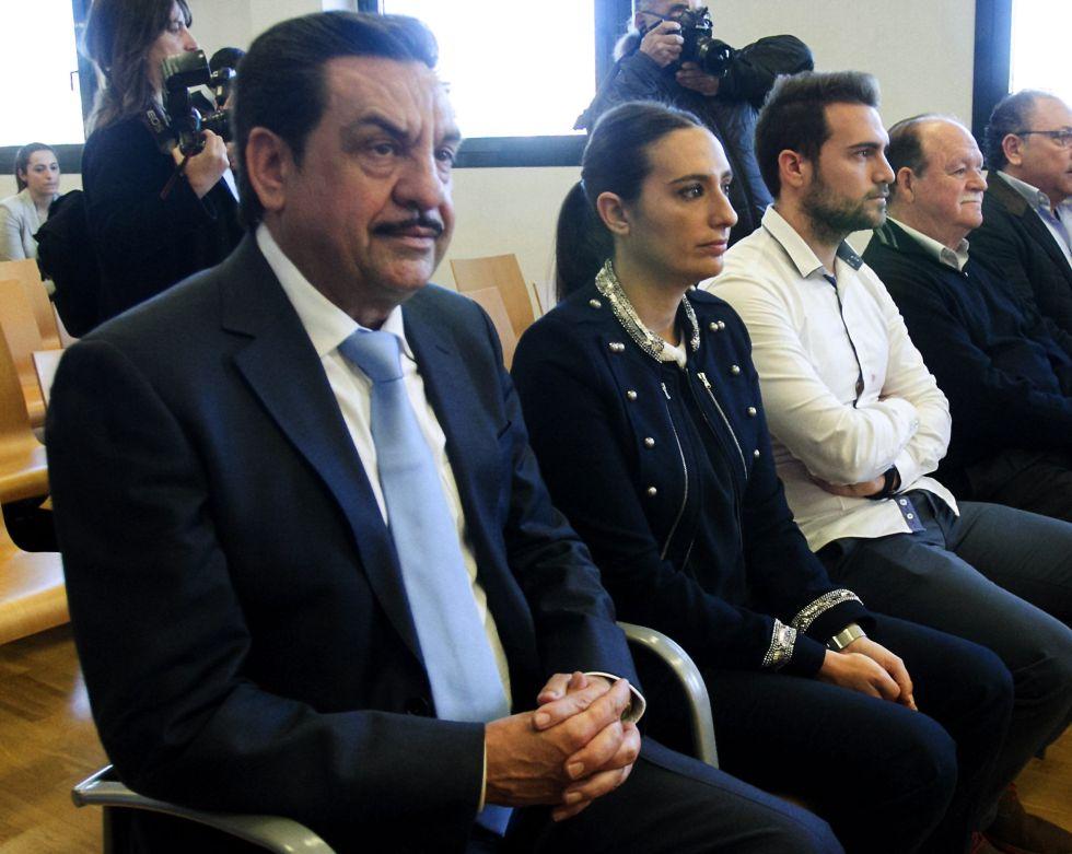 El exvicepresidente de la Diputacón de Castellón Francisco Martinez, junto a sus hijos Andrea y Francisco. en el juicio.