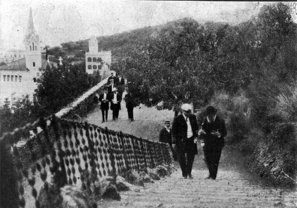 Gaudí acompaña a un grupo de marineros argentinos en su visita al Pärk Güell en 1915, en una imagen muy poco conocida del arquitecto.