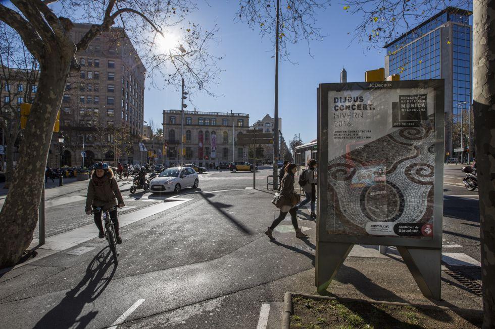 Uno de los soportes que Ada Colau quiere sacar de la calle, en la avenida Diagonal de Barcelona.