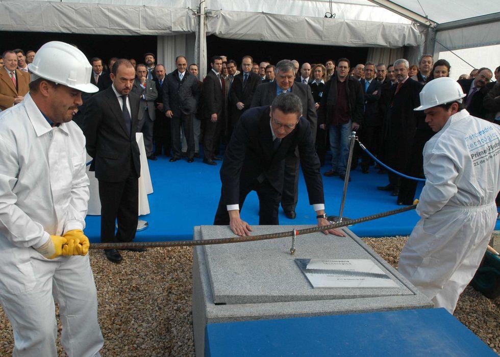 El exalcalde de Madrid Alberto Ruiz-Gallardón coloca la primera piedra de la ampliación de Mercamadrid en febrero de 2007.