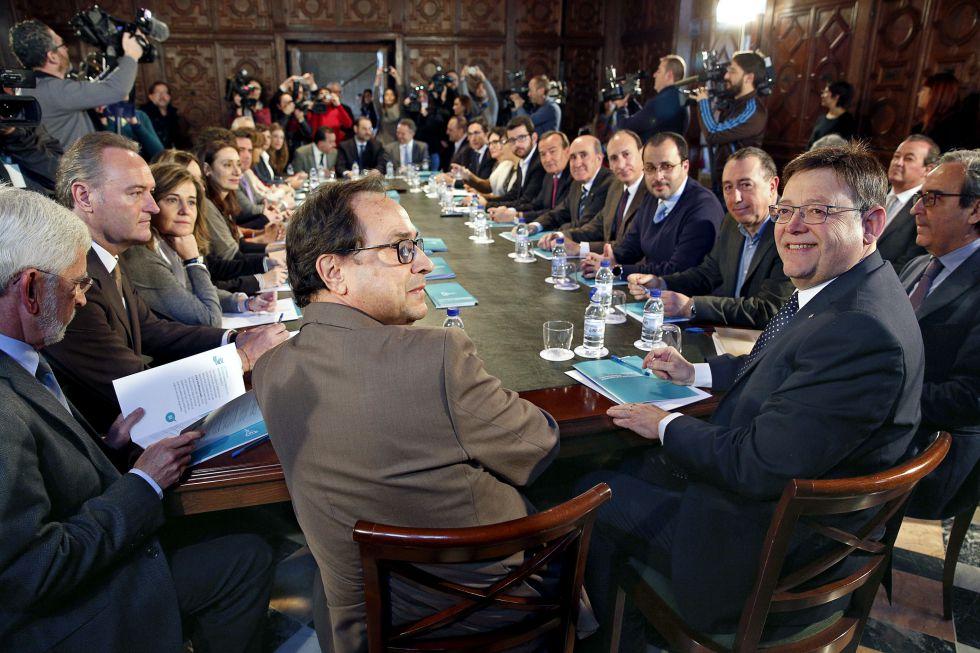 El presidente Ximo Puig (derecha), con el resto de diputados y senadores valencianos en el Palau de la Generalitat.