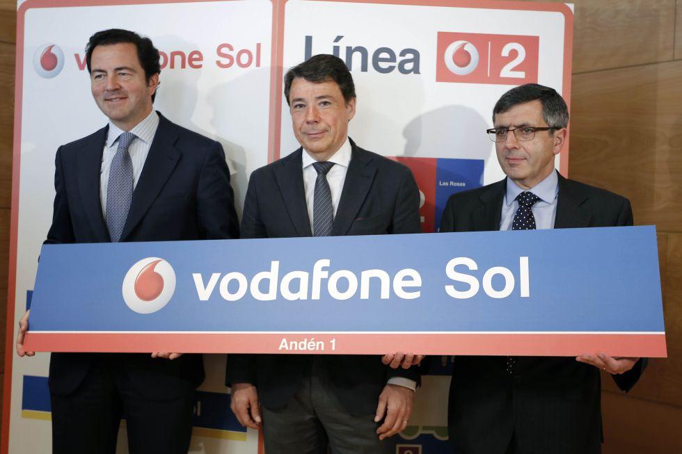 El expresidente de la Comunidad, Ignacio González (c), junto a su exconsejero de Transportes, Pablo Cavero, y al presidente de Vodafone, Francisco Román durante la presentación del patrocinio.