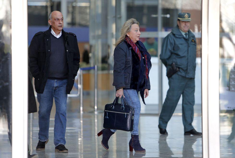 La concejal del PP María Jesús Puchalt y el exedil Francisco Lledó, tras declarar en el juzgado por presunto blanqueo.
