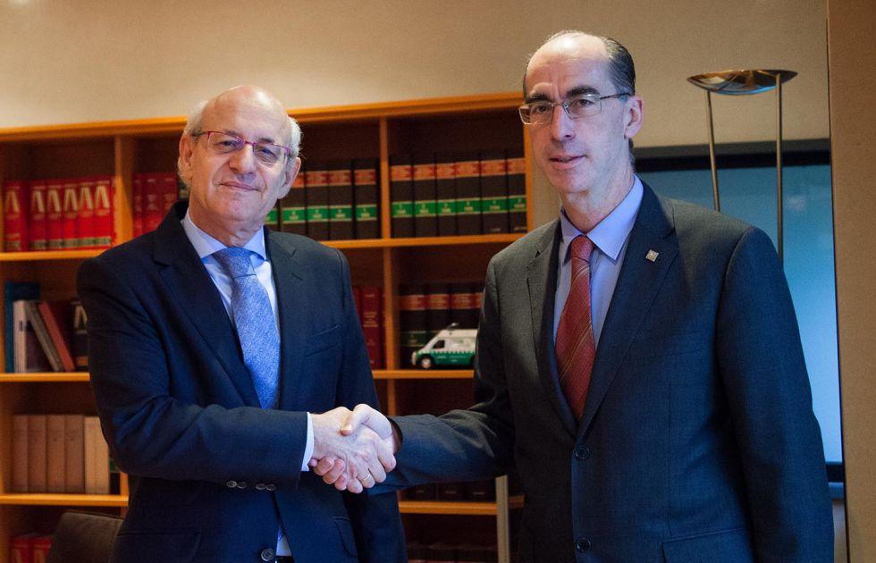 El fiscal jefe de Galicia con el consejero gallego de Sanidad, durante la firma de un convenio.
