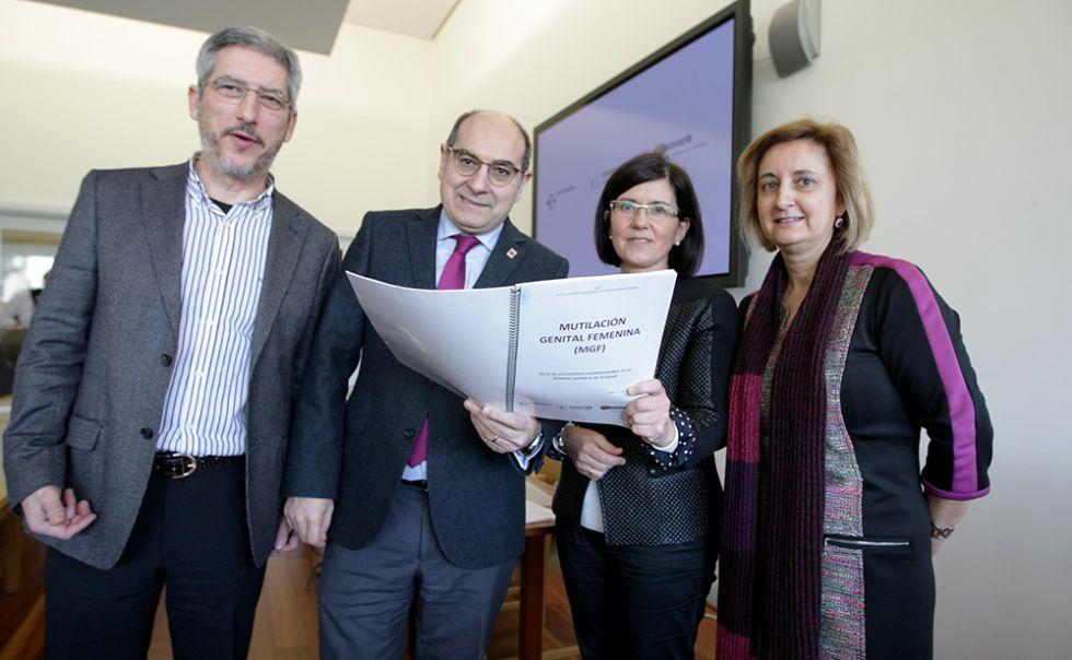 El consejero de Salud, Jon Darpón, segundo por la izquierda, presenta el nuevo protocolo vasco contra la ablación.