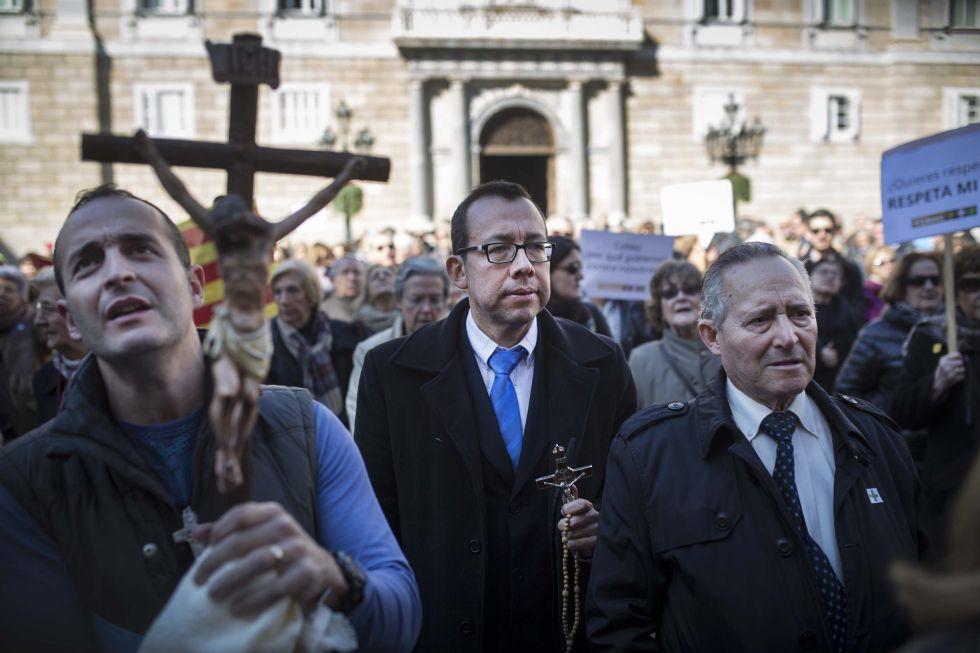 Los asistentes a la manifestación exhibieron crucifijos