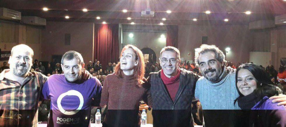 Guardingo, Albiach, Monedero y Viejo en el acto de este viernes de Mollet junto a dos miembros de la organización con camiseta lila.