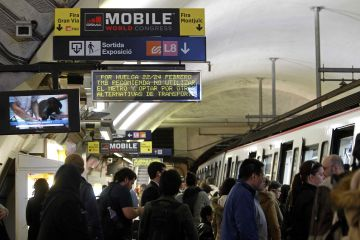 Viajeros en la estación de metro de la plaza de Espanya.
