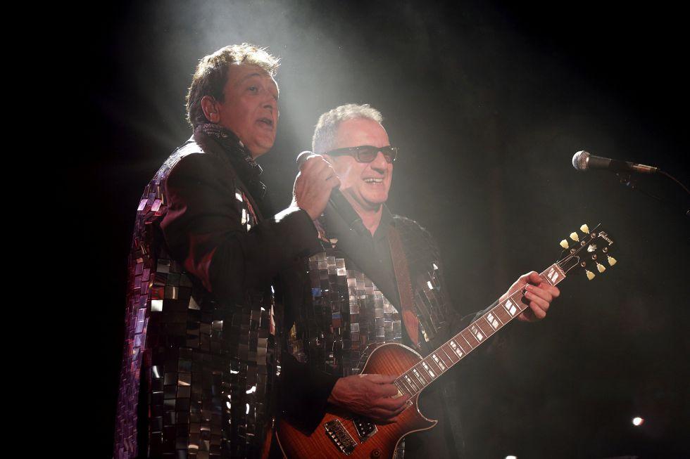 Manolo García (izquierda) y Quimi Portet, con las chaquetas de lentejuelas con las que iniciaron el concierto el viernes.