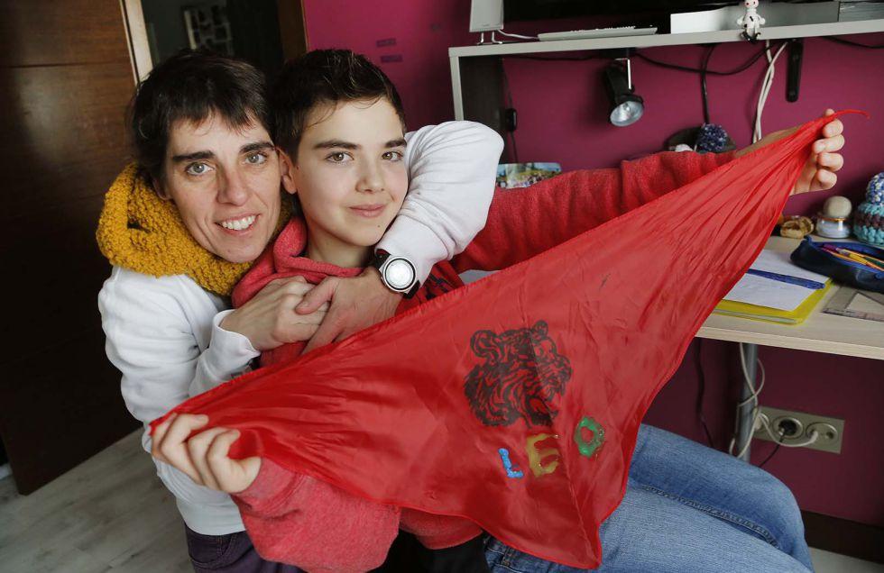 Leo y su madre contentos por empezar con el tratamiento hormonal