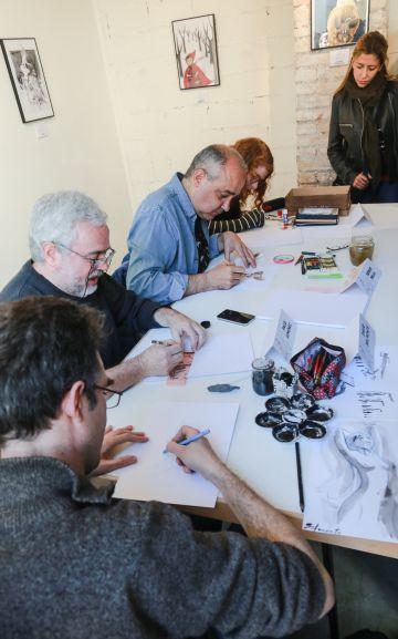 Los ilustradores en pleno proceso de creación.