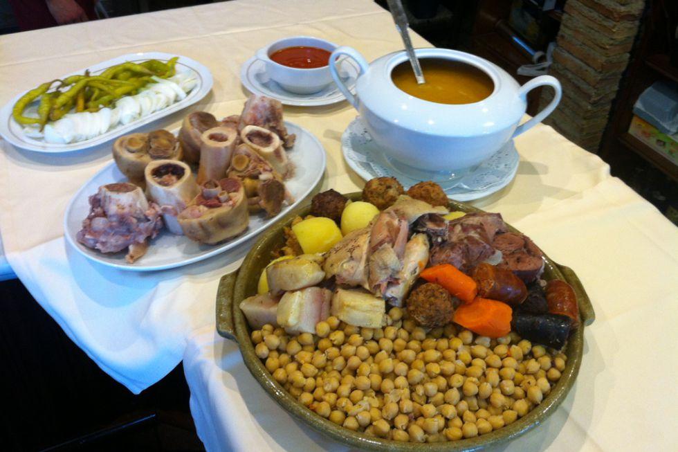 Un cocido retratado en la página web de la Cruz Blanca de Vallecas.
