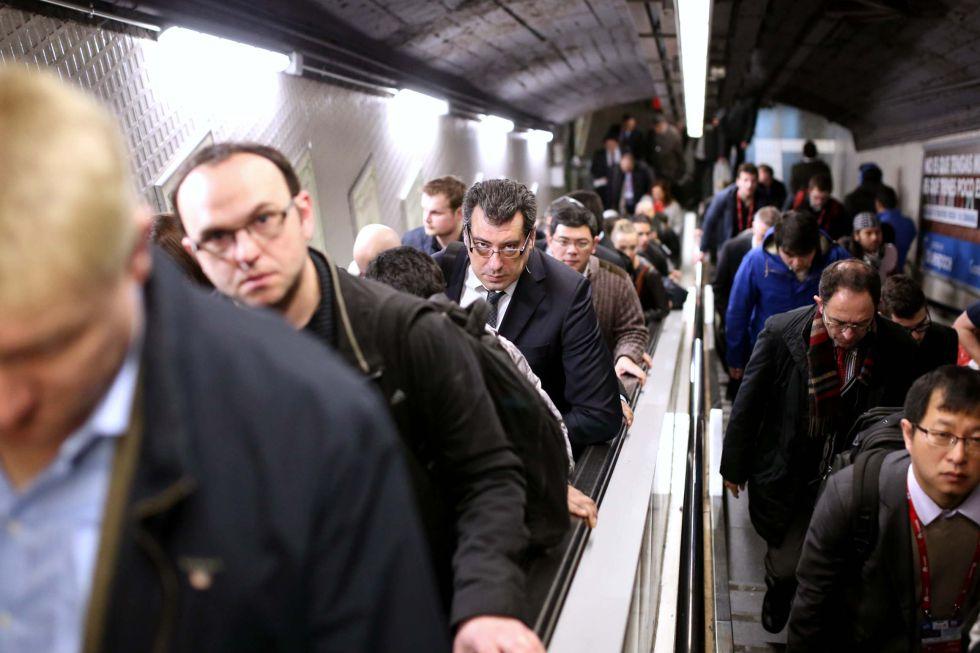 Varios viajeros en la línea 1 de metro de Barcelona