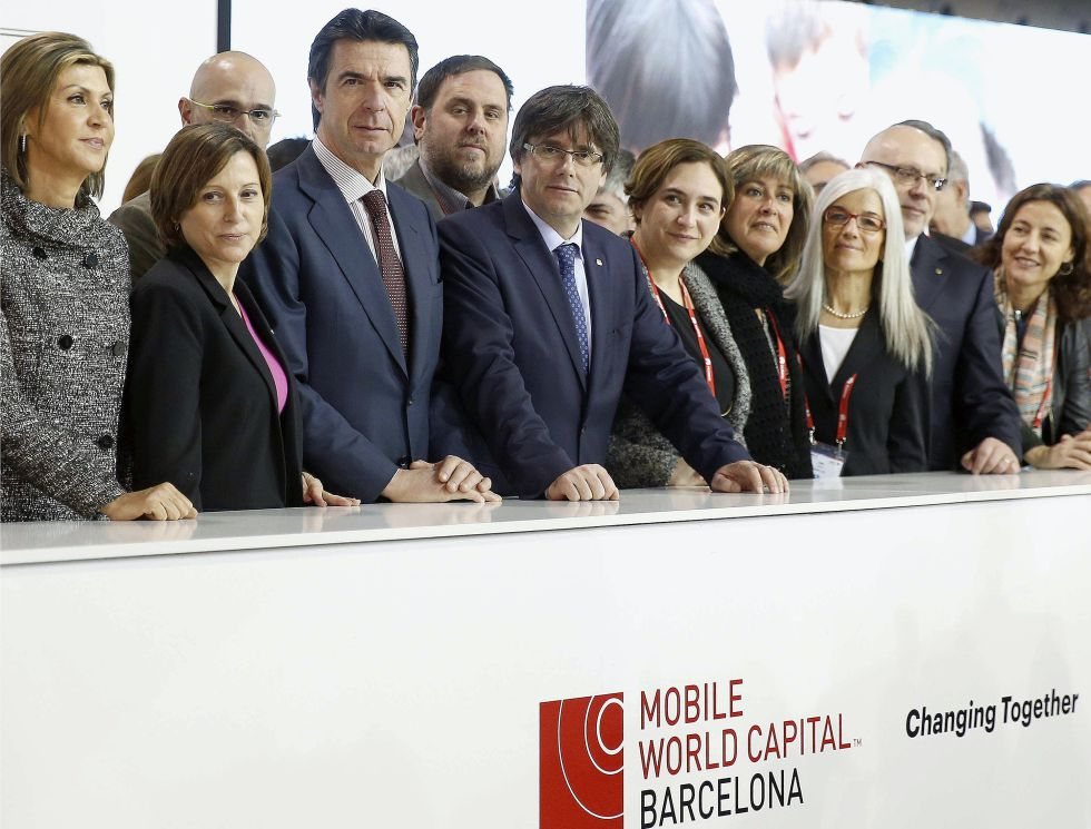 De izquierda a derecha: Llanos de Luna, Forcadell, Romeva (detrás), Soria, Junqueras (detrás), Puigdemont, Colau, Núria Marín (alcaldesa de L'Hospitalet), Eulàlia Ripoll (GSMA) y Jordi Baiget.