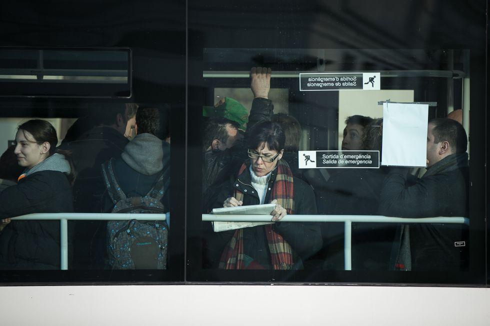 Pasajeros apretados en un autobús, ayer en Barcelona.