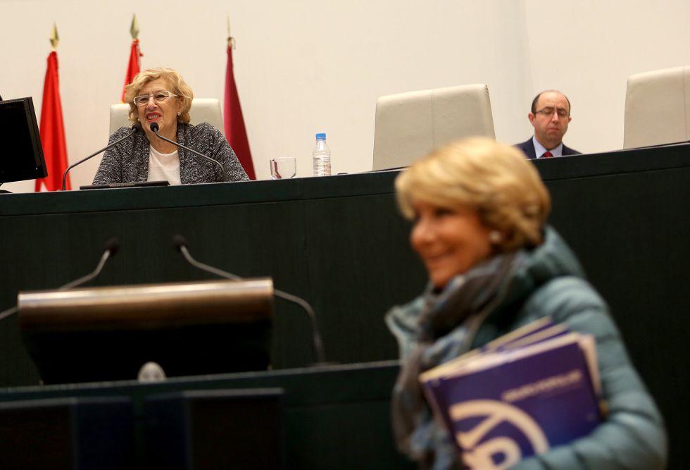 La alcaldesa, Manuela Carmena, y Esperanza Aguirre, portavoz del PP, al inicio del pleno de este martes.