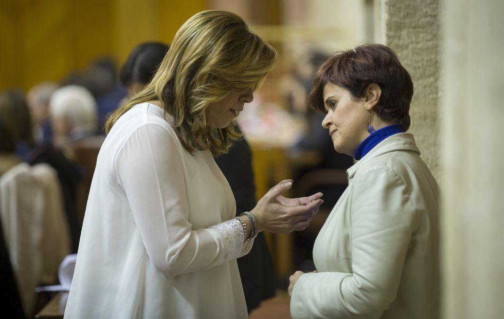Susana Díaz conversa con la portavoz adjunta de Podemos, Esperanza Gómez.
