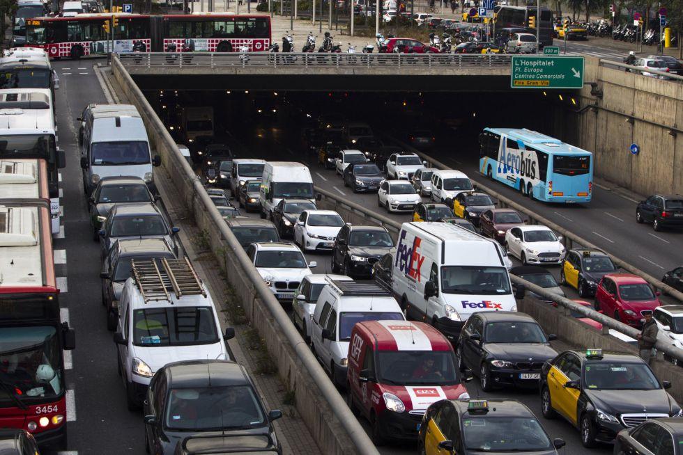 Retenciones del tráfico ayer a la altura de la Plaza Cerdá (Barcelona), como consecuencia de la jornada de huelga de metro.