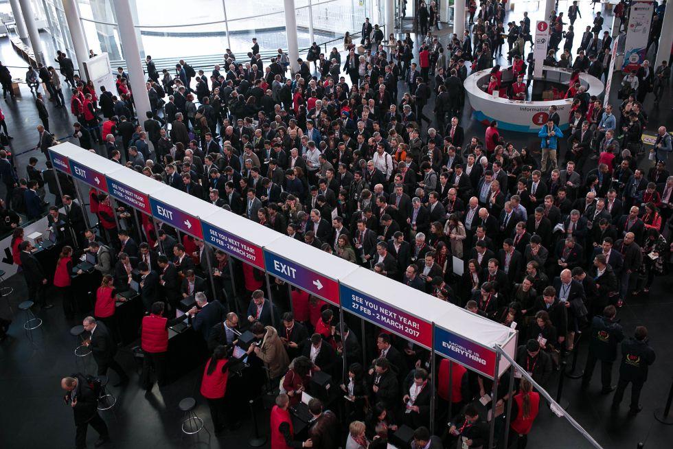 Congresistas acceden al recinto de Fira Barcelona durante el segundo día del MWC.