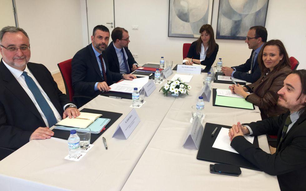 Los consejeros Vila y Pérez y sus equipos, durante la reunión de esta mañana.