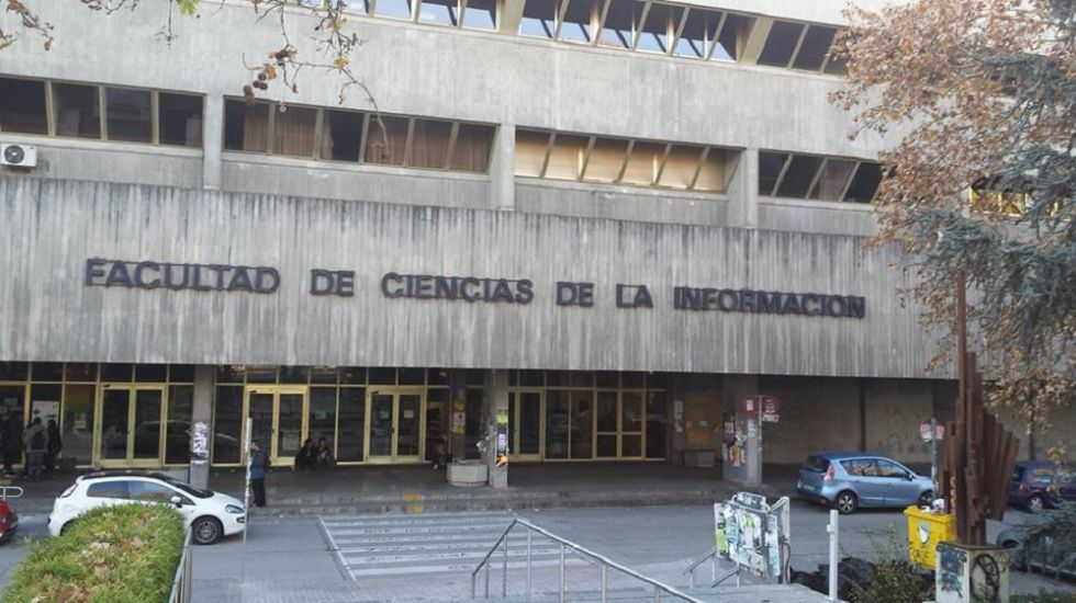 Exterior de la facultad de Ciencias de la Información de la Complutense.