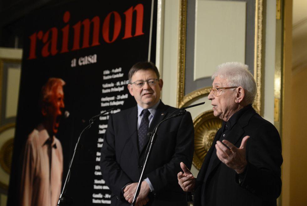 El cantante Raimon, acompañado del presidente Ximo Puig, en la presentación de su gira.