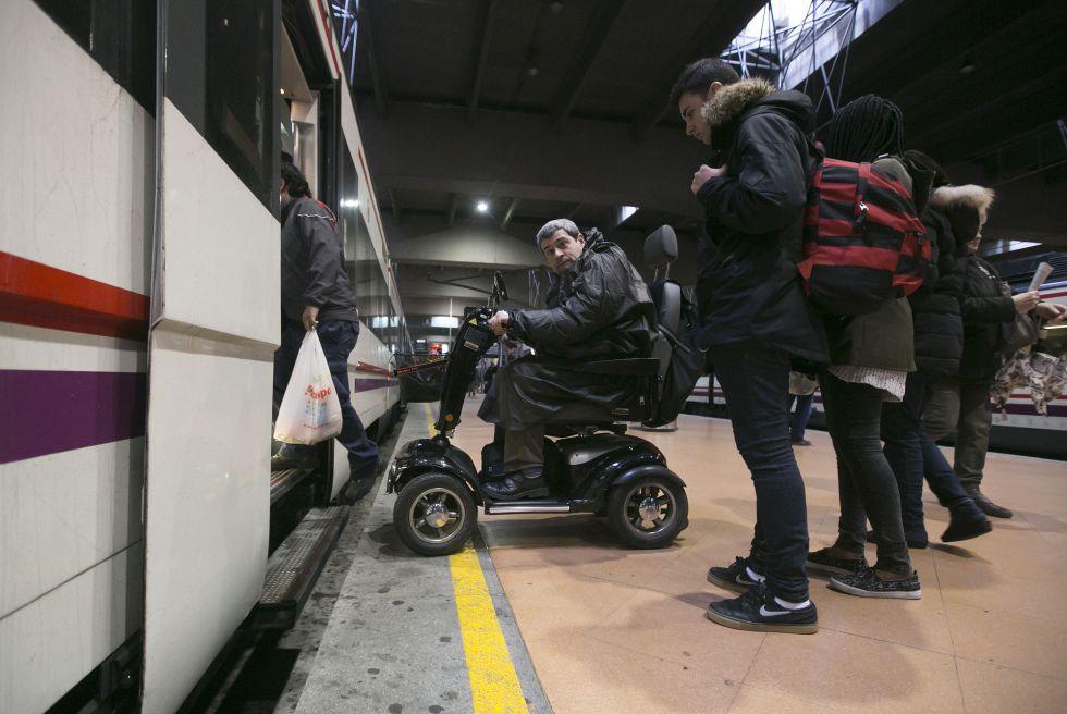 David Alonso, en Atocha, trata de subir a un tren con dirección a Móstoles que no está adaptado para sillas de ruedas.