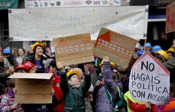 Padres y alumnos del colegio concentrados ayer frente a la Consejería de Educación.