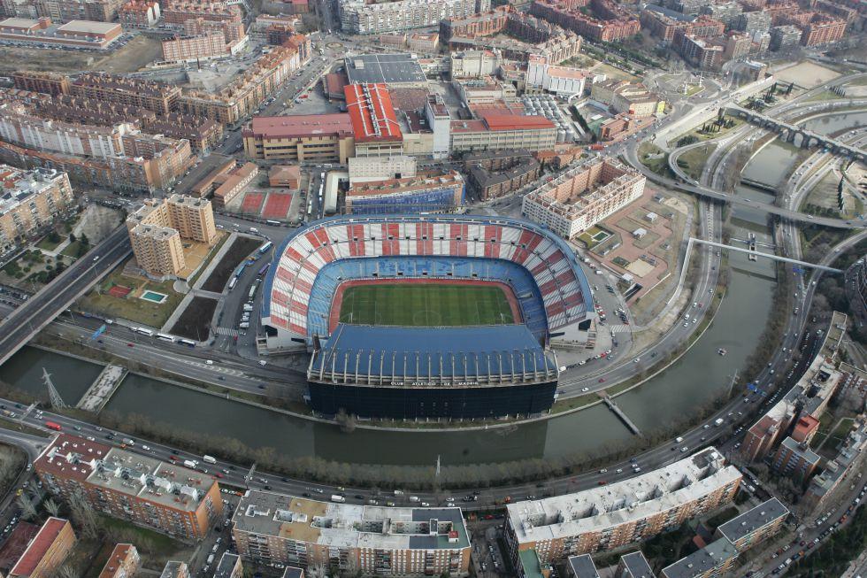 Vista aérea del Calderón, con la fábrica de Mahou detrás.