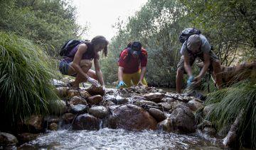 Voluntarios limpian La Pedriza el pasado agosto.