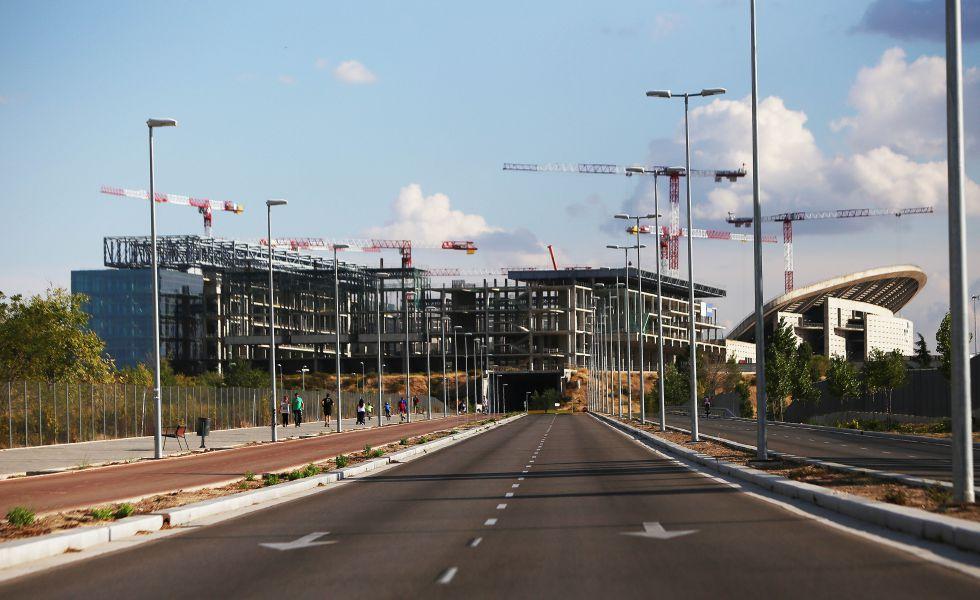 El Centro Acuático (izquierda), a medio construir, junto al estadio de La Peineta, también en obras, en el distrito de San Blas.