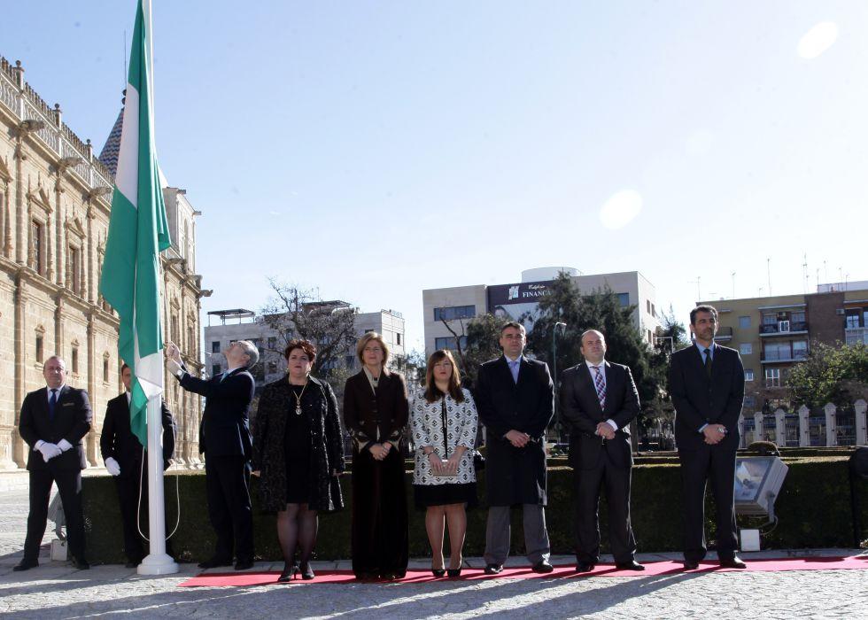 La Mesa del Parlamento de Andalucía, durante la interpretación del himno y la izada de bandera previa al Pleno Institucional.