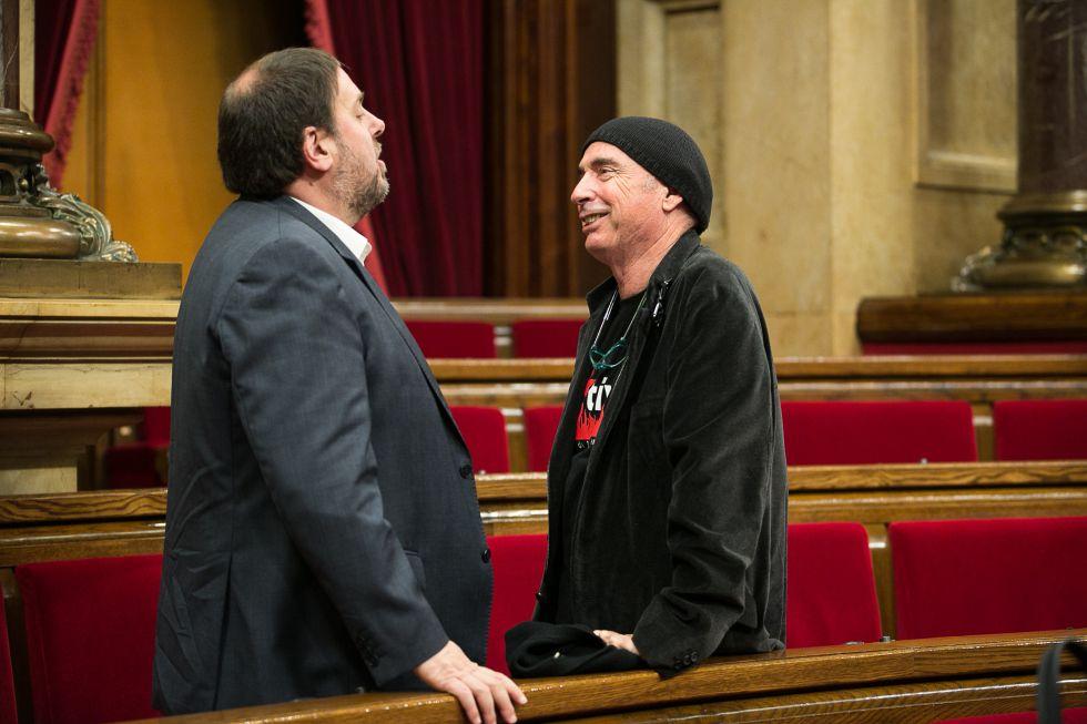 Lluís Llach (d), junto a Oriol Junqueras, presidirá la comisión rupturista.
