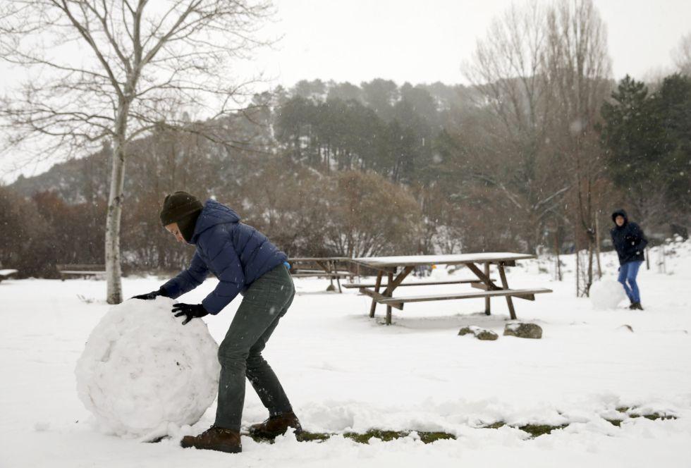 Un niño juega con la nieve en Robledondo, en la sierra norte de Madrid