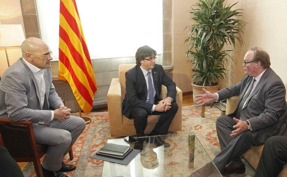 Romeva y Puigdemont, ayer con el líder de los liberales europeos.