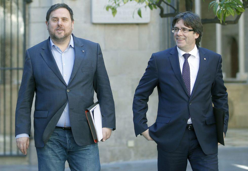 Oriol Junqueras (i) y Carles Puigdemont este martes en la Generalitat.