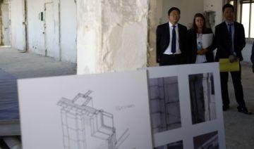 El director ejecutivo de Wanda Group en España, Quiao Lei, (izquierda) en una visita al rascacielos.