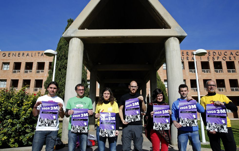 Miembros de la Plataforma en Defensa de l'Ensenyament Públic, con los carteles de la huelga prevista esta jueves contra la LOMCE.