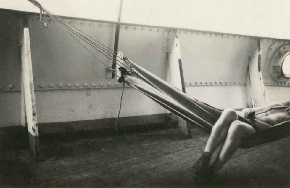 Una de las sugerentes imágenes anónimas de la colección Frizot, datada en 1950, que expone Foto Colectania.