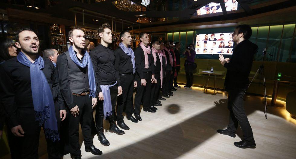 Los miembros cantan durante la presentación del coro Voces LGTB de Madrid.