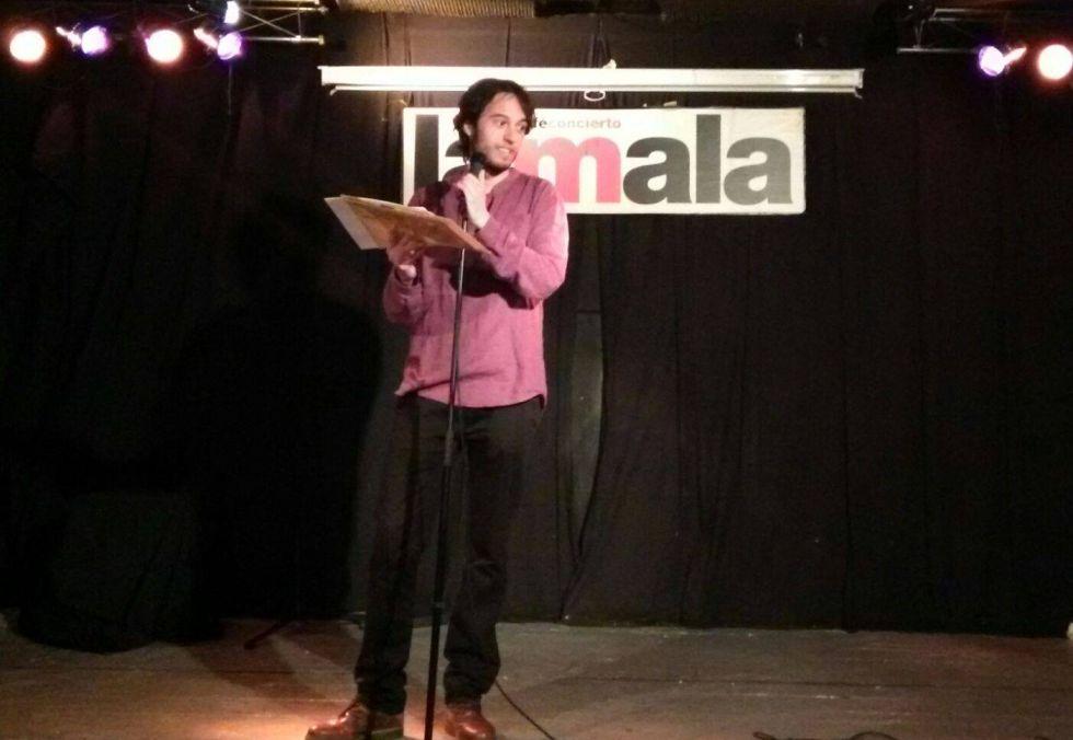 Alberto Guirao durante una lectura de poemas.