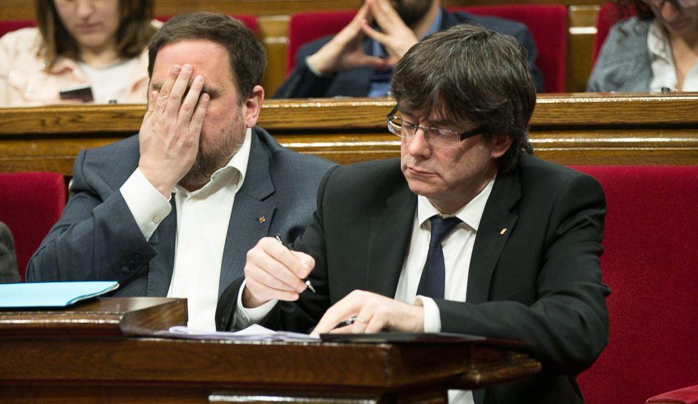 Junqueras, con la cara tapada, junto a Puigdemont