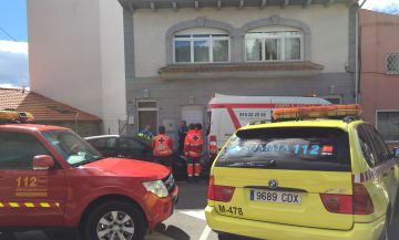 Los sanitarios, a la entrada del domicilio en el que se ha registrado el crimen.