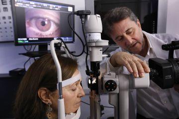 Jaume Pauné revisa el ojo de una mujer.