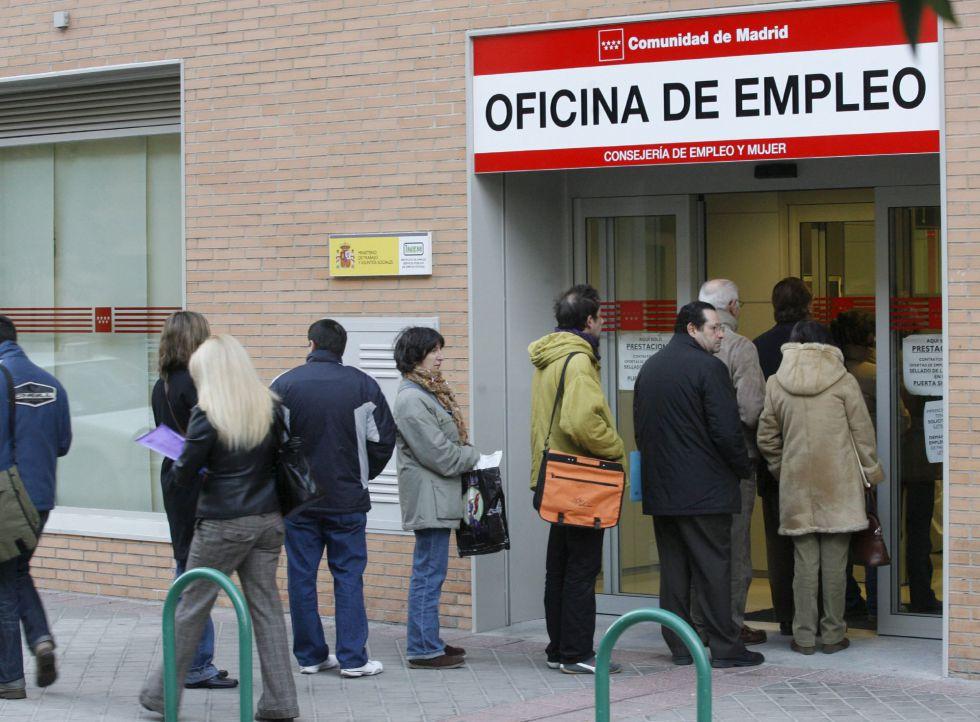 Cola en la entrada de una oficina de empleo de la Comunidad de Madrid.