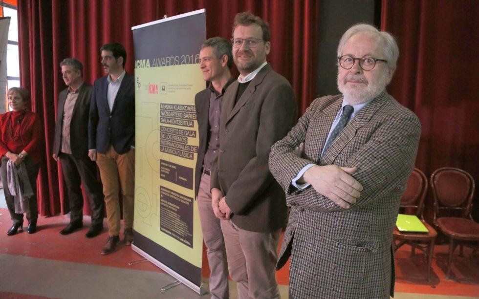 Luis Suñén, director de la revista 'Scherzo' y Pablo Berastegui, director de San Sebastian 2016, junto a otras autoridades, en la presentación de la entrega de los premios ICMA.