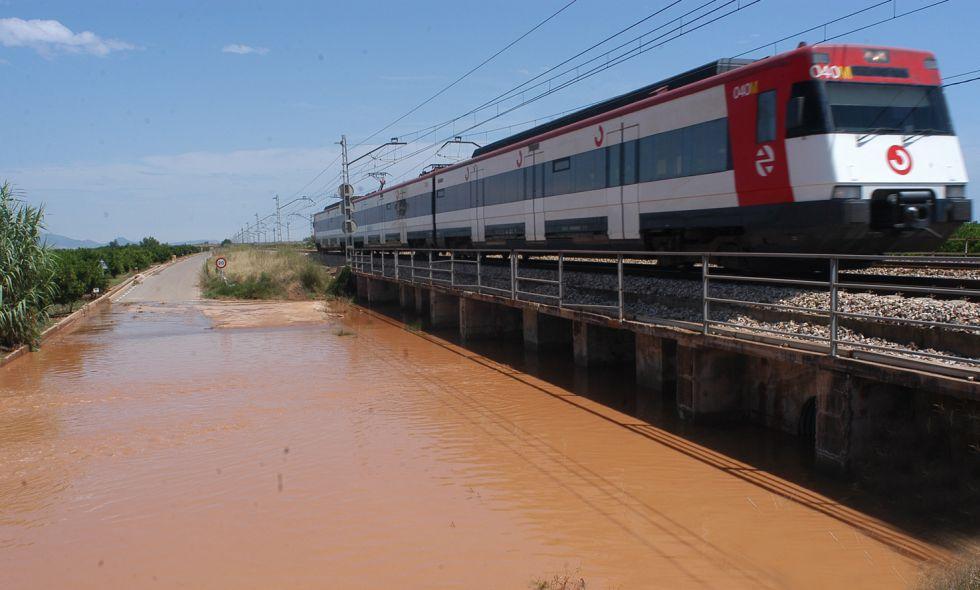 Un tren de Cercanías entre Valencia y Castellón.