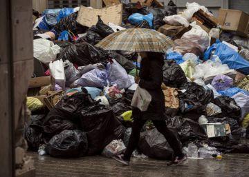 Dos empresas externas recogen la basura hacinada en calles de Málaga