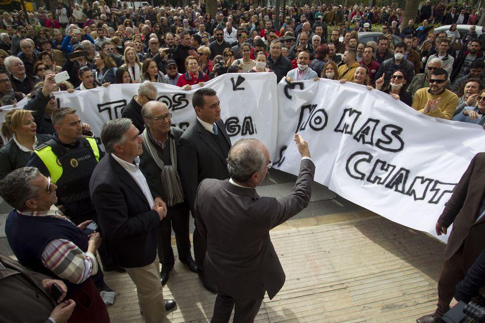 El alcalde de Málaga, Francisco de la Torre, se dirige a los vecinos concentrados contra la huelga de basura.