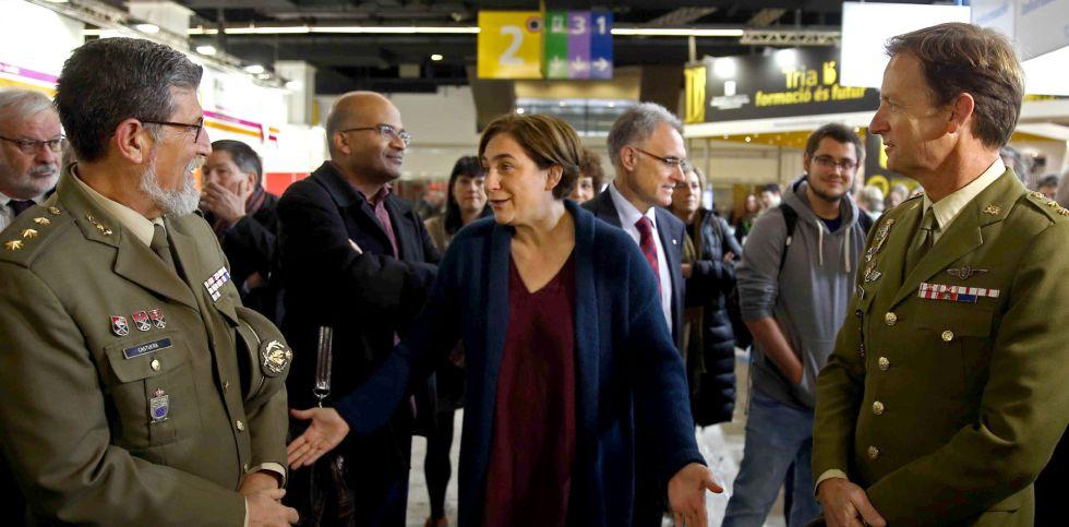 La alcaldesa de Barcelona, Ada Colau, conversa con dos mandos militares.
